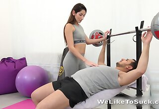 Sex-starved babe Vinna Reed seduces one man at someone's skin gym