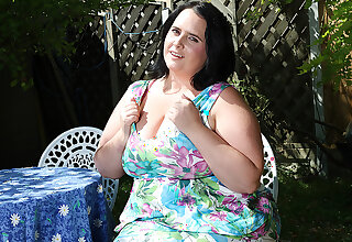 This Curvy Mama Plays With Herself In The Garden - MatureNL