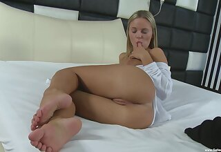 Cute solo model Vanda Lust moans while pleasuring will not hear of cravings